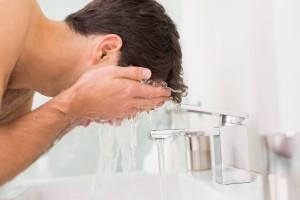 Mann wäscht sich